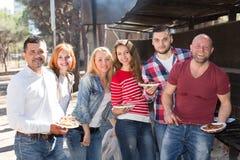 Amis prenant des photos ensemble au barbecue Image libre de droits