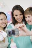 Amis prenant l'autoportrait à la fête de naissance Image stock