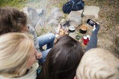 Amis prenant l'autoportrait au terrain de camping Images stock