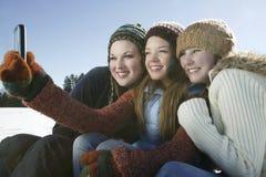 Amis prenant l'autoportrait en hiver Images libres de droits