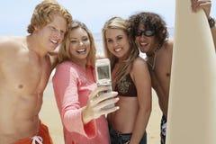 Amis prenant l'autoportrait sur la plage Photo stock