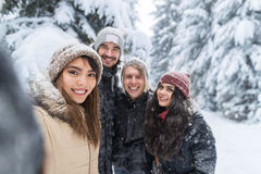 Amis prenant la neige Forest Young People Group Outdoor de sourire de photo de Selfie Photo libre de droits