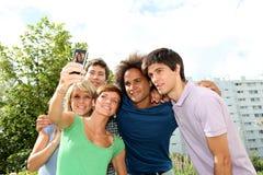Amis prenant la photo à l'extérieur Images stock
