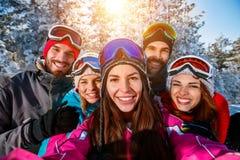 Amis prenant la photo avec des vacances d'hiver de téléphone portable Photo libre de droits