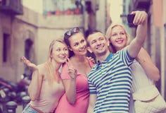 Amis prenant la photo d'individu avec le téléphone portable Images stock