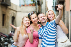 Amis prenant la photo d'individu avec le téléphone portable Photo stock