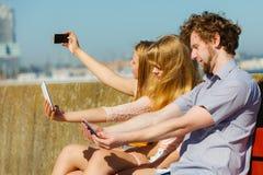 Amis prenant la photo de selfie avec le smartphone Photo libre de droits