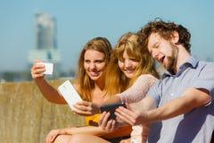 Amis prenant la photo de selfie avec le smartphone Photo stock