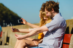 Amis prenant la photo de selfie avec le smartphone Photo stock