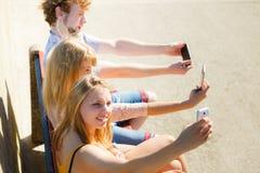 Amis prenant la photo de selfie avec le smartphone Image libre de droits