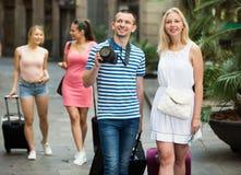Amis prenant la photo des vacances Image libre de droits