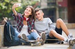 Amis prenant la photo pour le selfie Image libre de droits