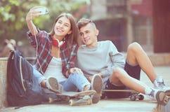 Amis prenant la photo pour le selfie Photographie stock libre de droits