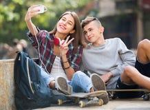 Amis prenant la photo pour le selfie Photographie stock