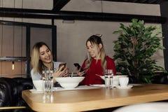 Amis prenant le déjeuner Photos stock
