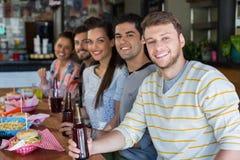 Amis prenant le déjeuner avec de la bière dans le restaurant Photographie stock libre de droits