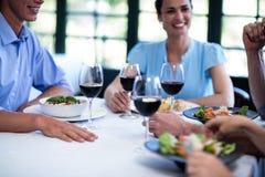 Amis prenant le déjeuner dans le restaurant Photo libre de droits