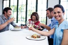 Amis prenant le déjeuner dans le restaurant Photos stock