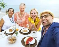 Amis prenant le petit déjeuner à un hôtel Photo stock