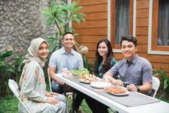Amis prenant le petit déjeuner au jardin Photo libre de droits
