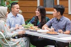 Amis prenant le petit déjeuner au jardin Image libre de droits