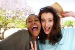 Amis prenant le portrait de selfie dehors Photographie stock