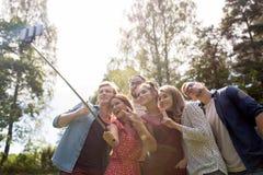 Amis prenant le selfie à la partie dans le jardin d'été Images libres de droits