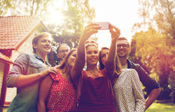 Amis prenant le selfie à la partie dans le jardin d'été Photos libres de droits