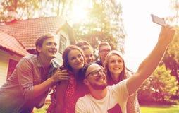 Amis prenant le selfie à la partie dans le jardin d'été Image libre de droits