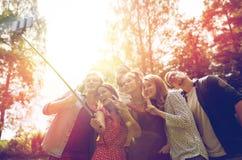 Amis prenant le selfie à la partie dans le jardin d'été Photos stock
