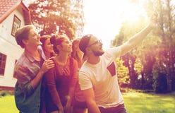 Amis prenant le selfie à la partie dans le jardin d'été Photographie stock libre de droits