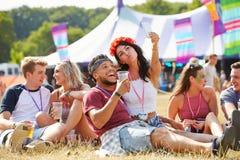 Amis prenant le selfie à un festival de musique Photographie stock libre de droits