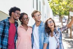 Amis prenant le selfie à un téléphone portable Image libre de droits