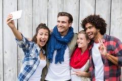 Amis prenant le selfie à un téléphone portable Images libres de droits