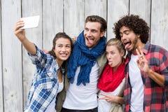 Amis prenant le selfie à un téléphone portable Photo libre de droits
