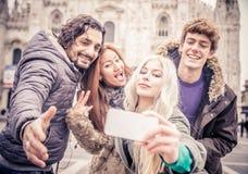 Amis prenant le selfie Photo stock