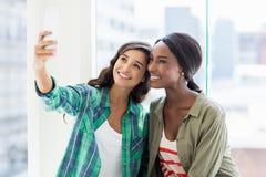 Amis prenant le selfie Image stock