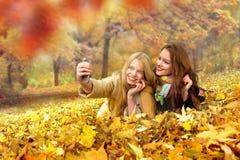 Amis prenant le selfie au beau jour d'automne en parc, dehors Photos stock