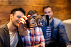 Amis prenant le selfie au restaurant Photo stock