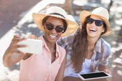Amis prenant le selfie au téléphone portable Image libre de droits