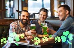 Amis prenant le selfie avec de la bière verte au bar Photographie stock