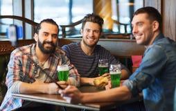 Amis prenant le selfie avec de la bière verte au bar Photographie stock libre de droits
