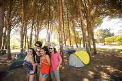 Amis prenant le selfie avec le bâton de selfie au terrain de camping Photos libres de droits