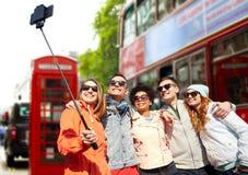 Amis prenant le selfie avec le smartphone à Londres Photo stock