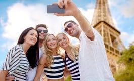 Amis prenant le selfie avec le smartphone Images libres de droits