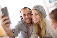 Amis prenant le selfie avec le smartphone Photographie stock