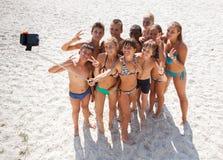 Amis prenant le selfie avec le smartphone sur la plage Photo libre de droits