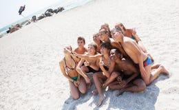 Amis prenant le selfie avec le smartphone sur la plage Photos stock
