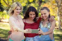 Amis prenant le selfie avec le téléphone portable Photographie stock libre de droits