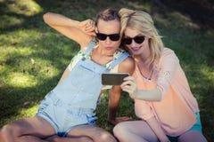 Amis prenant le selfie avec le téléphone portable Photo libre de droits